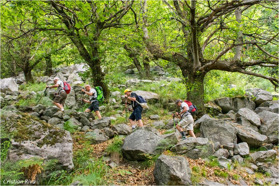 Val Codera - Anello di San Giorgio: escursionisti verso la Val Codera