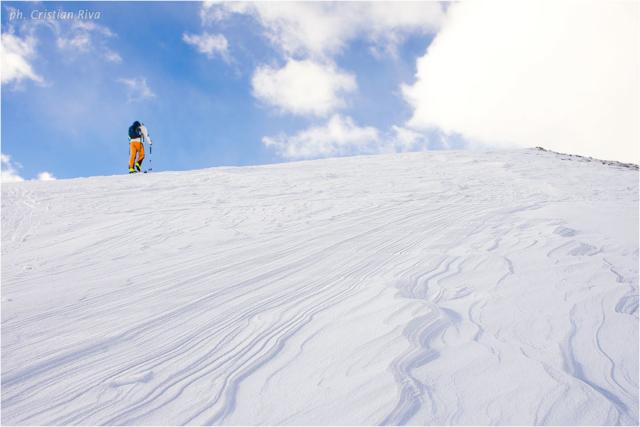 Ciaspolata sul Monte Cazzola: scialpinista verso la vetta del monte Cazzola