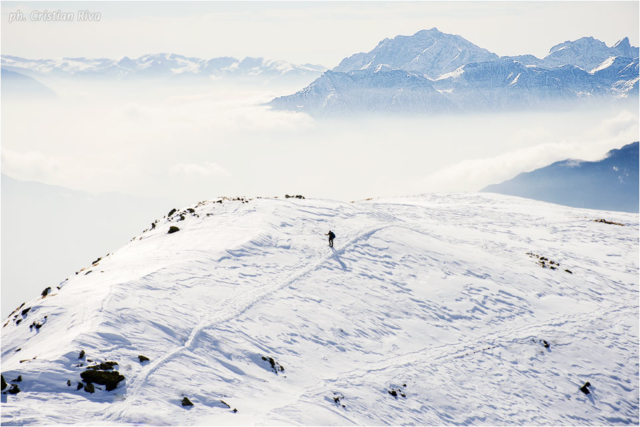 Ciaspolata sul Monte Pagano: escursionista verso la vetta