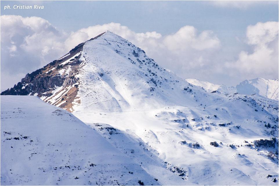 Ciaspolata sul Pizzo Baciamorti: escursionisti sulla vetta del Sodadura