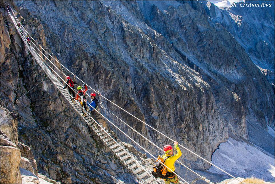 Sentiero dei Fiori: passaggio sul primo ponte sospeso