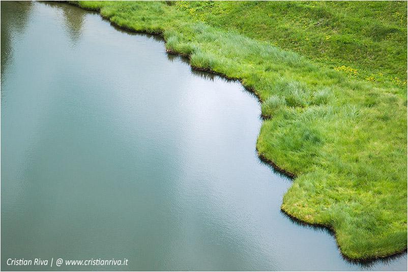 Sentiero estivo del Calvi: il confine tra prato e lago