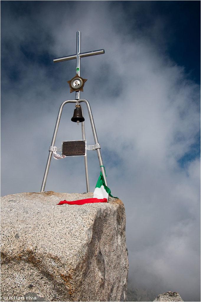 Monte Adamello via Terzulli: croce sulla vetta proclamata Sacra alla Patria