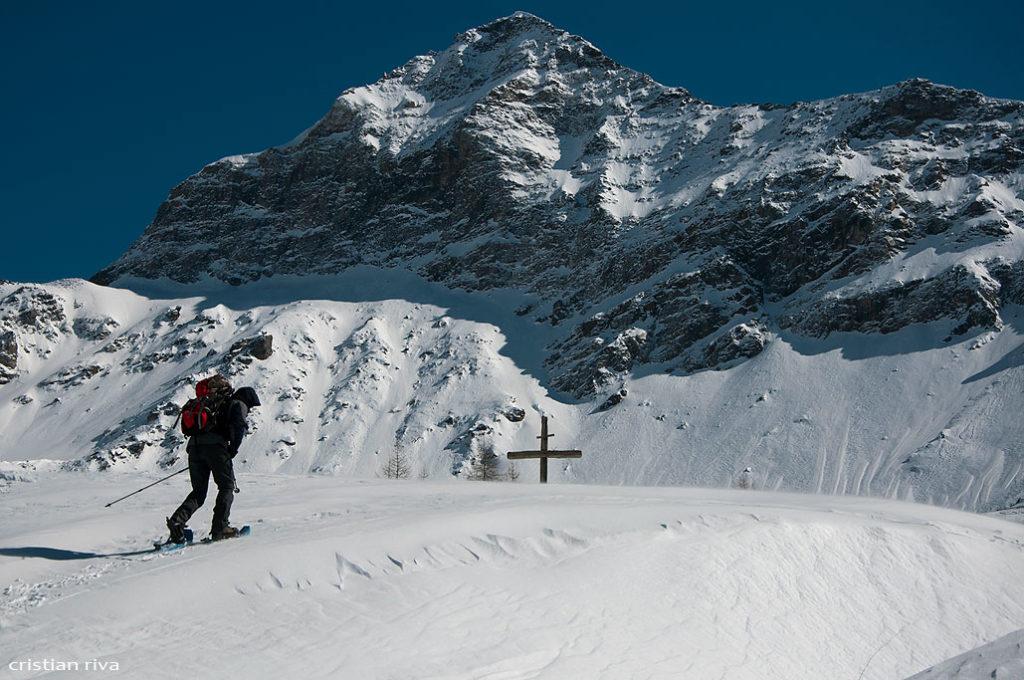 Alpe Prabello, paradiso per le ciaspole: escursionista di Lecco