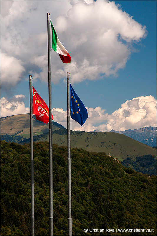 Valgandino Traversata tra i Pizzi: bandiere alla Malga Lunga